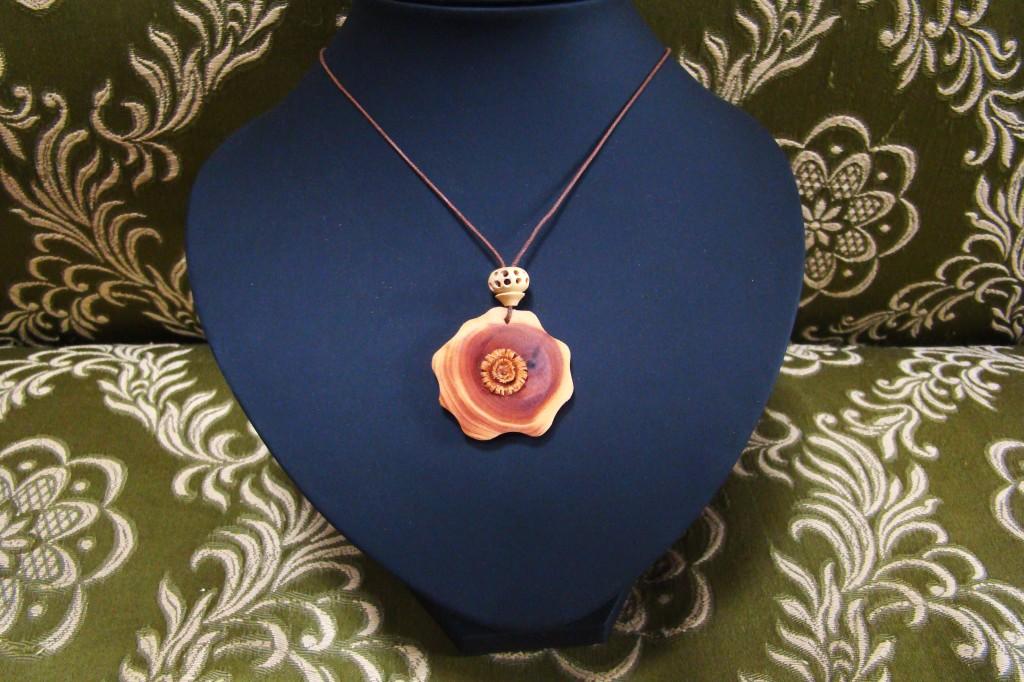 Nouvelle fleur d'If (vendu) dans Bijoux tournés fdibuis